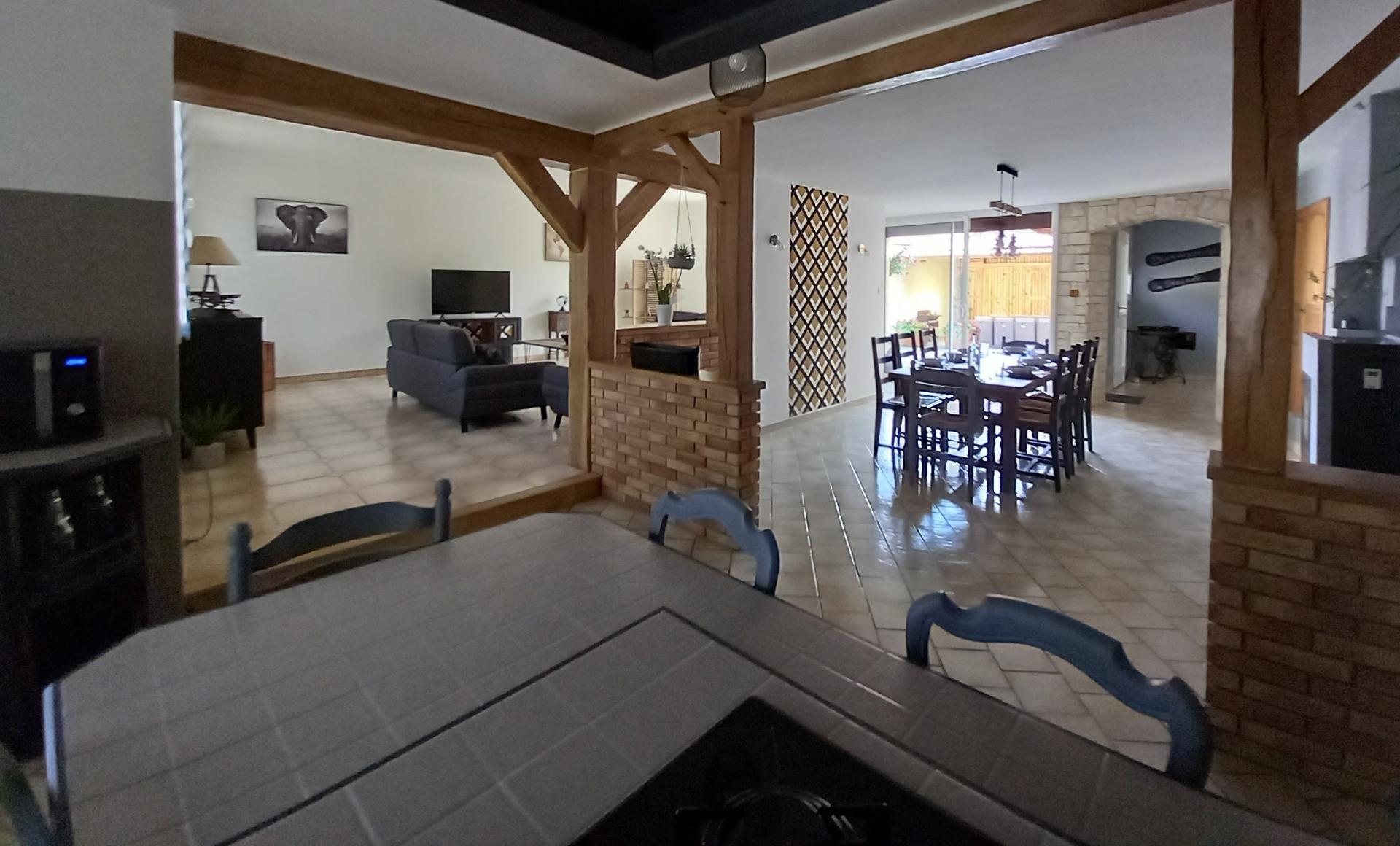 Cuisine, salle à manger, salon et wc indépendants